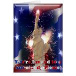 Estatua de la libertad, de fuegos artificiales y d felicitacion
