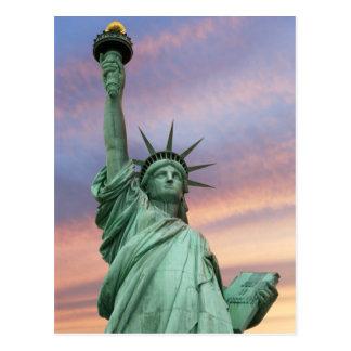estatua de la libertad debajo del cielo vivo tarjetas postales