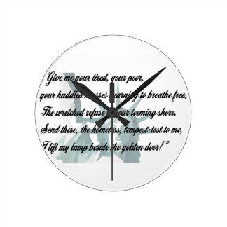 Estatua de la libertad - déme su cansado… reloj redondo mediano