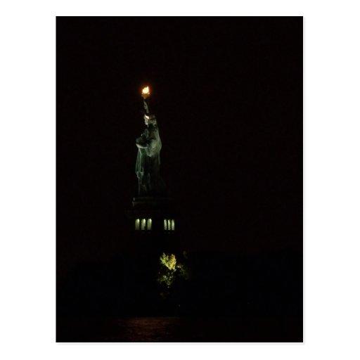 Estatua de la libertad en la noche postales