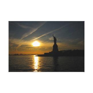 Estatua de la libertad en la puesta del sol lona envuelta para galerias