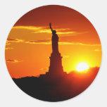 Estatua de la libertad en la puesta del sol pegatinas redondas