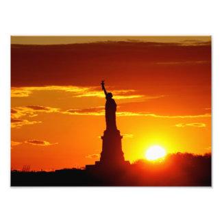 Estatua de la libertad en la puesta del sol foto