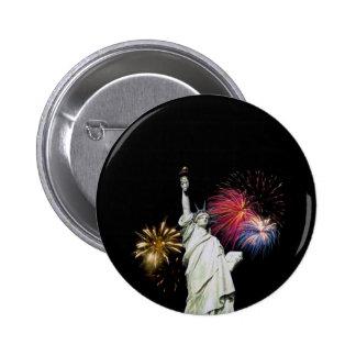 Estatua de la libertad - fondo de los fuegos artif pin redondo de 2 pulgadas