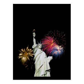 Estatua de la libertad - fondo de los fuegos artif tarjetas postales