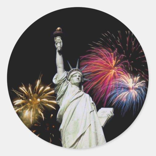 Estatua de la libertad - fondo de los fuegos etiqueta redonda