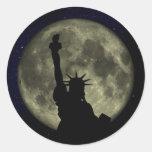 Estatua de la libertad, la luna, cielo estrellado pegatina