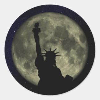 Estatua de la libertad, la luna, cielo estrellado pegatina redonda