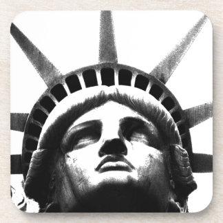 Estatua de la libertad negra y blanca posavasos de bebida