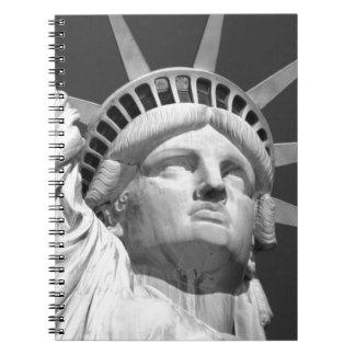 Estatua de la libertad negra y blanca spiral notebook