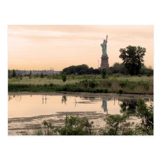 Estatua de la libertad por mañana tarjeta postal