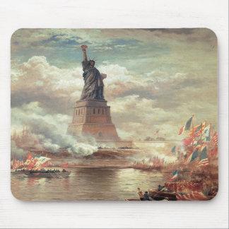 Estatua de la libertad que aclara el mundo tapetes de raton