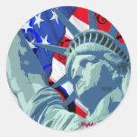 Estatua de la libertad y de la bandera americana pegatina redonda