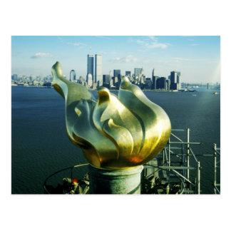 Estatua de la llama de la libertad y del horizonte tarjetas postales