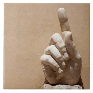 Estatua de la mano en el dei Conservatori de Palaz Azulejos Cerámicos