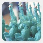 Estatua de la muñeca de la libertad colcomania cuadrada