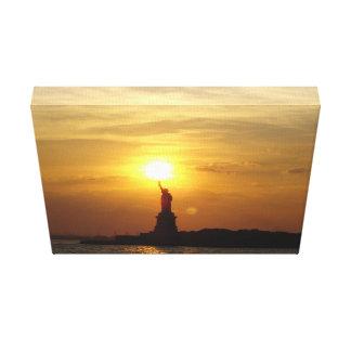 Estatua de la puesta del sol de la libertad sobre impresiones en lona estiradas