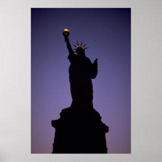 Estatua de la silueta de la libertad en la posters