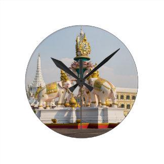 Estatua de los elefantes rosados Bangkok Tailandia Reloj Redondo Mediano