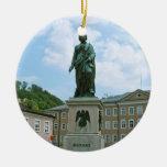 Estatua de Mozart en Salzburg Adorno Navideño Redondo De Cerámica