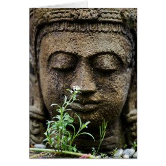 Estatua de piedra del jardín con la flor tarjeta de felicitación