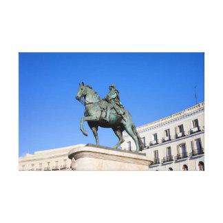 Estatua de rey Charles III en Madrid Lienzo Envuelto Para Galerias