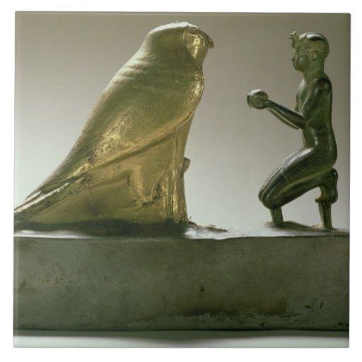 Estatua de rey Taharqa que adora a halcón-dios Azulejo Cuadrado Grande
