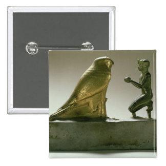 Estatua de rey Taharqa que adora a halcón-dios Pin Cuadrado
