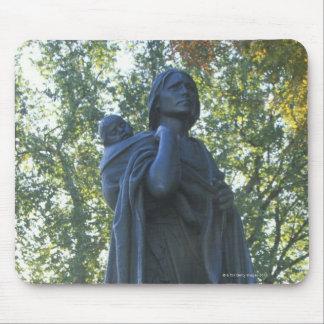 'Estatua de Sacagawea y su hijo, guía en Alfombrilla De Ratón