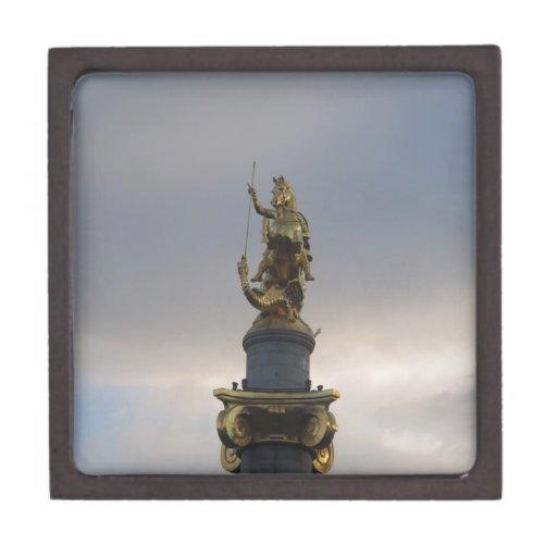Estatua de San Jorge en el cuadrado de la libertad Caja De Joyas De Calidad