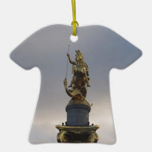 Estatua de San Jorge en el cuadrado de la libertad Adorno De Cerámica En Forma De Camiseta