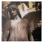 Estatua de un ángel en un cementerio tejas  cerámicas