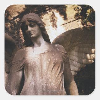 Estatua de un ángel en un cementerio colcomanias cuadradas personalizadas