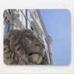 estatua de un león con la fachada de Santa Croce Alfombrillas De Ratón