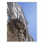 estatua de un león con la fachada de Santa Croce Postales