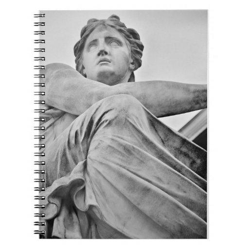 Estatua del ángel libros de apuntes con espiral