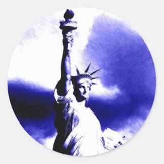 Estatua del arte pop de la libertad etiqueta redonda