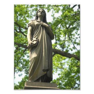 Estatua del cementerio con la impresión de la foto