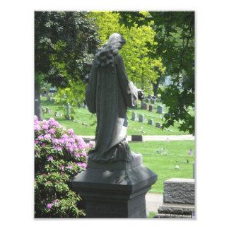 Estatua del cementerio con las hojas y la foto Pri