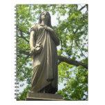 Estatua del cementerio con los árboles cuaderno