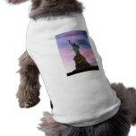 Estatua del cielo del pastel de la libertad camisetas de perro