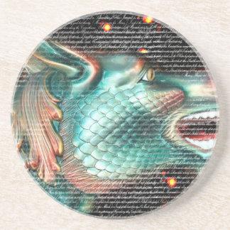 estatua del dragón con imagen de la capa del texto posavaso para bebida
