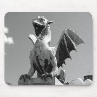 Estatua del dragón en Ljubljana Eslovenia Alfombrillas De Ratón