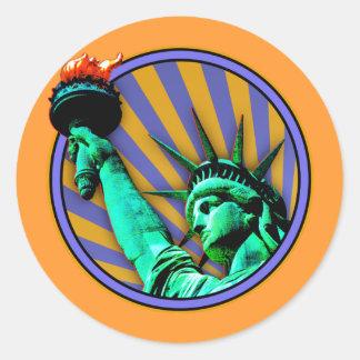 Estatua del emblema de la libertad etiqueta redonda