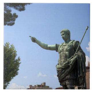 Estatua del emperador romano cerca del foro romano tejas