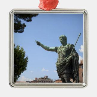 Estatua del emperador romano cerca del foro romano ornamento para arbol de navidad