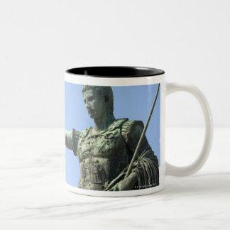 Estatua del emperador romano cerca del foro romano taza