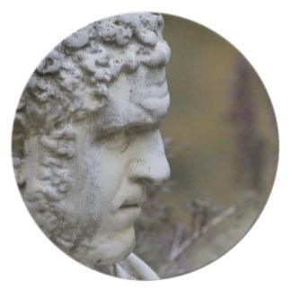 Estatua del jardín del hombre plato de cena