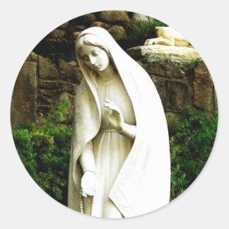 Estatua del jardín del Virgen María Pegatina Redonda