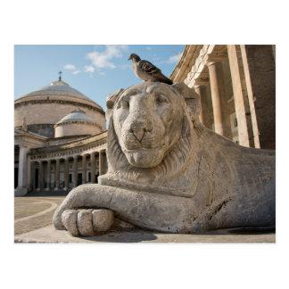 Estatua del león delante de la iglesia histórica tarjeta postal